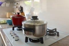 Keuken en potten op de haardplaat stock afbeelding