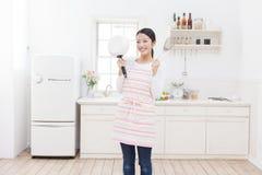 Keuken en vrouwen Stock Foto's