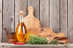 Keuken kokende werktuigen en kruiden op plank Royalty-vrije Stock Fotografie