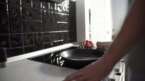 Keuken Mensen Gietende Olie op Bradend Pan For Cooking Breakfast stock videobeelden