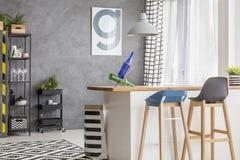 Keuken met affiche en krukken royalty-vrije stock foto's