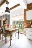 Keuken met bakstenen muur en gestripte muur Royalty-vrije Stock Fotografie