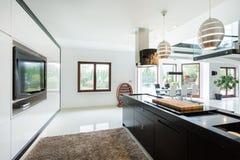 Keuken met bioscoop stock afbeeldingen