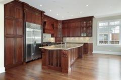 Keuken met cabinetry kersenhout royalty-vrije stock fotografie
