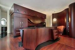 Keuken met cabinetry kersenhout Stock Afbeelding