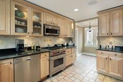 Keuken met eiken cabinetry royalty-vrije stock afbeeldingen