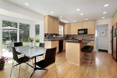 Keuken met eiken cabinetry hout Royalty-vrije Stock Afbeeldingen