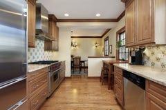 Keuken met eiken cabinetry hout Stock Fotografie