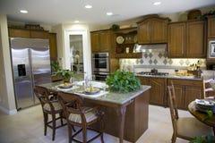 Keuken met eiland royalty-vrije stock afbeeldingen