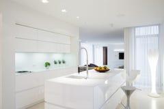 Keuken met eiland Royalty-vrije Stock Foto's