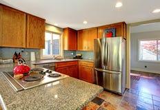 Keuken met fornuis en rode theepot. Royalty-vrije Stock Afbeeldingen