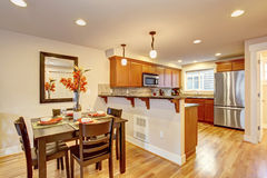 Keuken met gediende eettafel Stock Foto