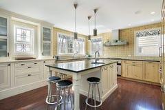 Keuken met gele tegel stock fotografie