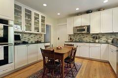 Keuken met glaskabinetten stock foto's