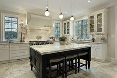 Keuken met graniet tegenbovenkanten Stock Foto