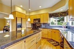 Keuken met granietbovenkanten en versiering Royalty-vrije Stock Foto's