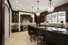 Keuken met granieteiland Stock Afbeelding