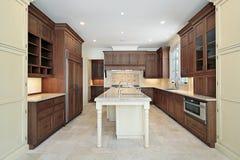 Keuken met granieteiland royalty-vrije stock fotografie