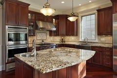 Keuken met granieteiland Stock Afbeeldingen