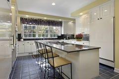 Keuken met granietteller Stock Fotografie