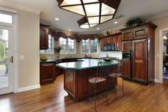 Keuken met groene eilandteller Stock Foto