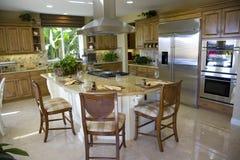 Keuken met groot eiland stock afbeelding