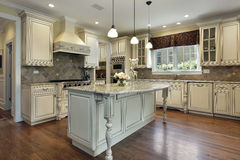 Keuken met groot granieteiland Stock Afbeelding
