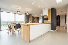 Keuken met het dineren gebied stock afbeeldingen
