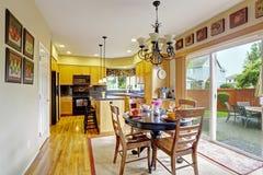 Keuken met het dineren gebied en uitgang aan binnenplaats Royalty-vrije Stock Fotografie