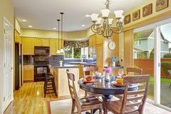 Keuken met het dineren gebied en uitgang aan binnenplaats Royalty-vrije Stock Afbeeldingen