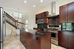 Keuken met houten cabinetry stock afbeelding