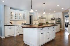 Keuken met houten hoogste eiland Stock Afbeelding