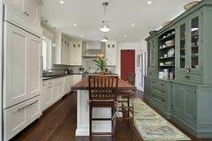 Keuken met houten hoogste eiland Royalty-vrije Stock Afbeelding
