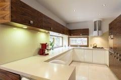 Keuken met houten meubilair Stock Fotografie