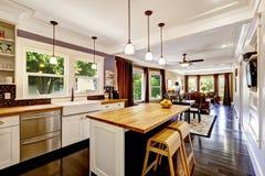 Keuken met houten tegen hoogste eiland Stock Fotografie