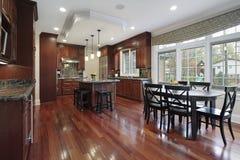 Keuken met kersen houten bevloering royalty-vrije stock afbeeldingen