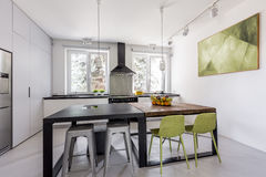 Keuken met lijsten in futuristische stijl Stock Afbeeldingen