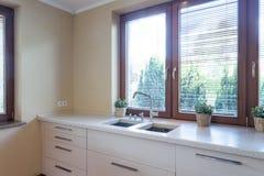 Keuken met marmer kitchentop met gootsteen royalty-vrije stock foto