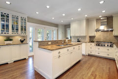 Keuken met marmeren eiland Stock Afbeeldingen
