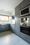 Keuken met olijf groene kabinetten Stock Fotografie