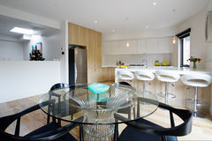 Keuken met open plan het dineren gebied in modern Australisch huis stock fotografie