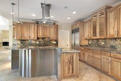 Keuken met roestvrij staaleiland stock afbeelding