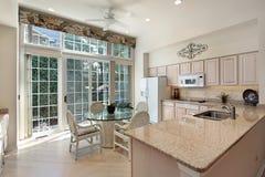 Keuken met schuifdeuren aan terras Royalty-vrije Stock Foto