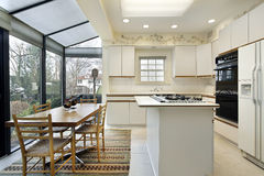 Keuken met schuifdeuren aan terras Stock Afbeeldingen