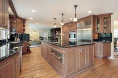 Keuken met zwarte marmeren countertops Royalty-vrije Stock Afbeelding