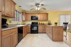 Keuken met zwarte toestellen Royalty-vrije Stock Foto's