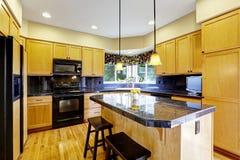Keuken met zwarte toestellen Royalty-vrije Stock Fotografie