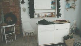 Keuken op de vooravond van Kerstmis Bloem en donuts stock video