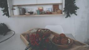 Keuken op de vooravond van Kerstmis Bloem en donuts stock videobeelden
