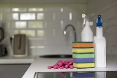 Keuken schoonmakende hulpmiddelen Huishoudenmateriaal, voorjaarsschoonmaak, Ti Stock Foto's